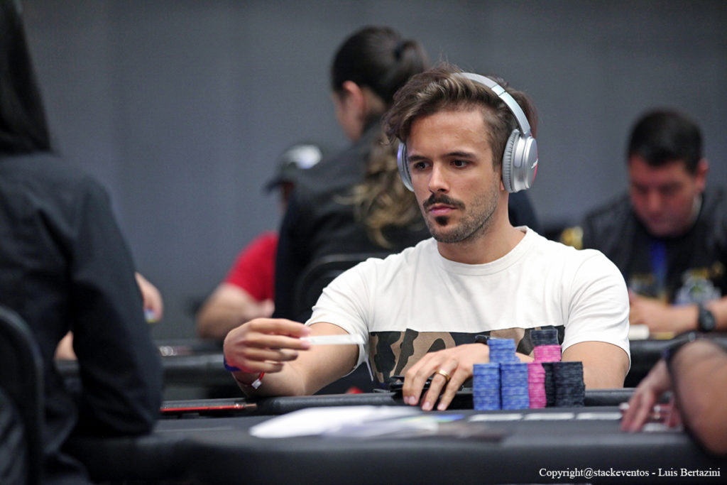 Atualmente, o craque está entre os dez melhores jogadores do mundo do poker online