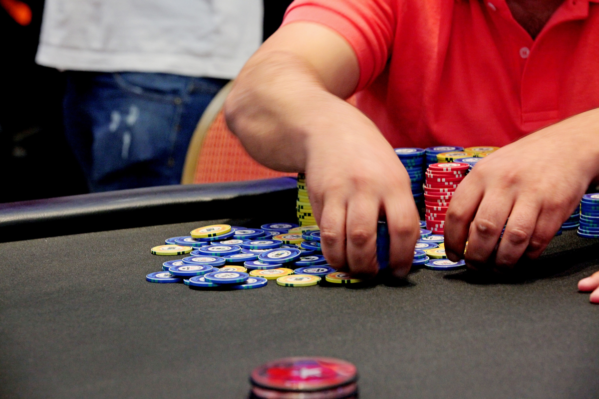 09641f94295 Está chegando agora no poker  Então aprenda o básico para começar a jogar