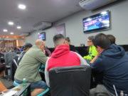 Jogadores assistindo a decisão do Roberly Felício
