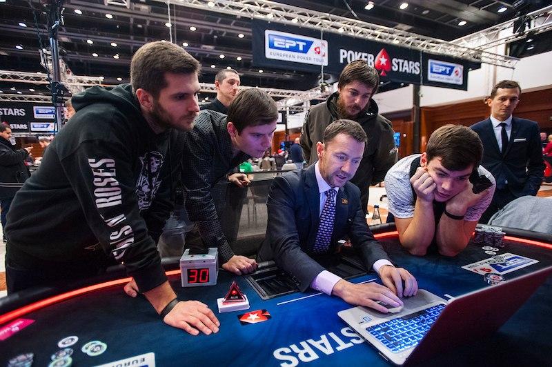 Jogadores discutem acordo no EPT Praga