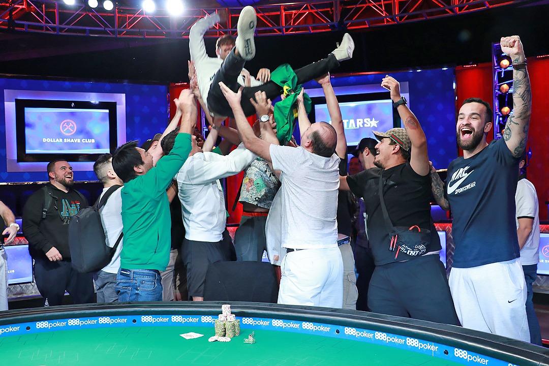 Yuri Martins e torcida - Campeão Evento #51 - WSOP 2019