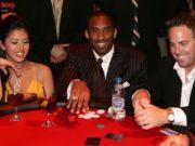 Kobe Bryant (centro) e sua esposa Vanessa (esq.) jogando poker