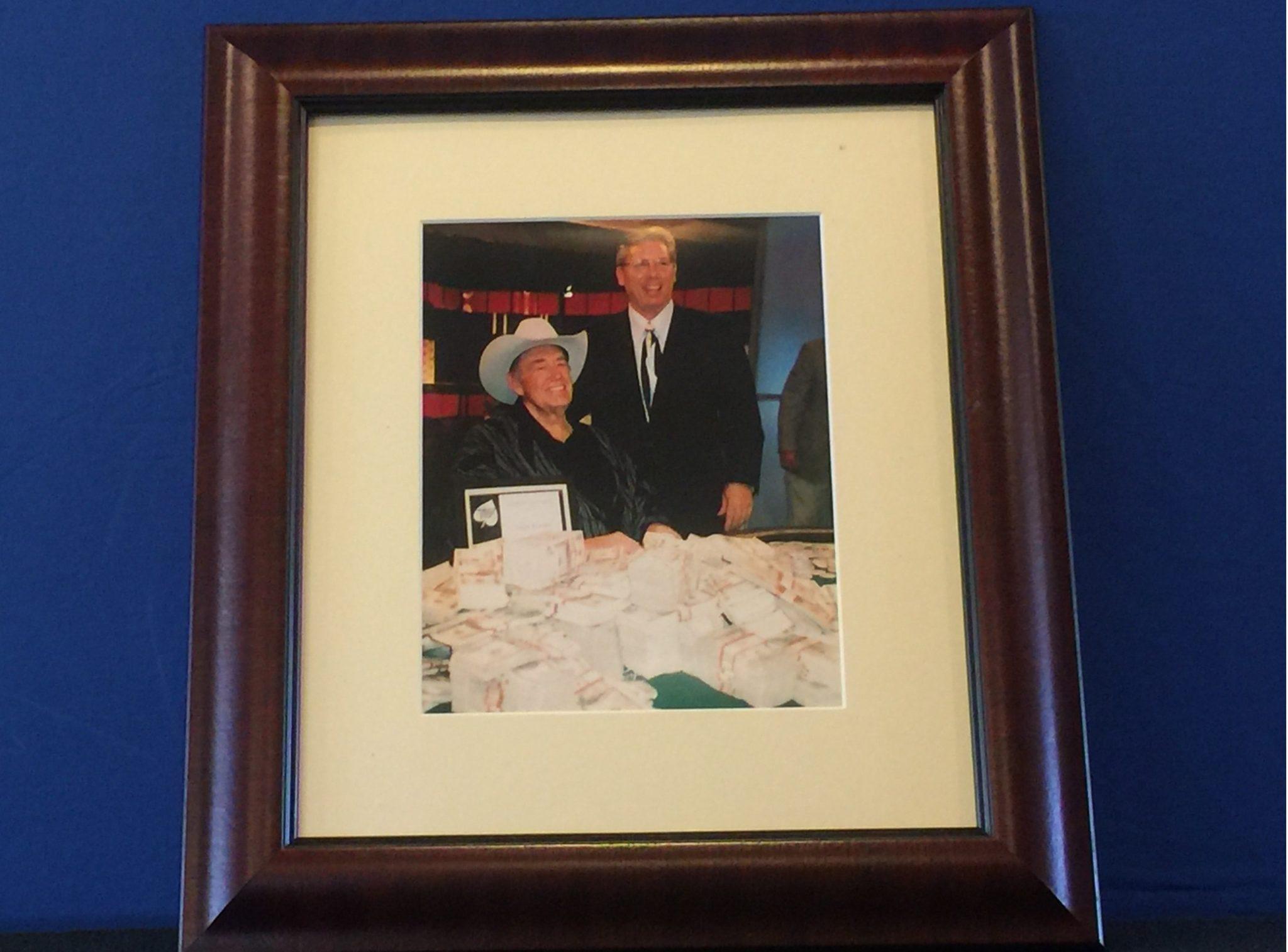 Este quadro com uma fotografia de Mike Sexton com Doyle Brunson é um dos itens à disposição