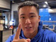 Ethan Yau sentou para jogar uma mão e perdeu seu buy-in inicial