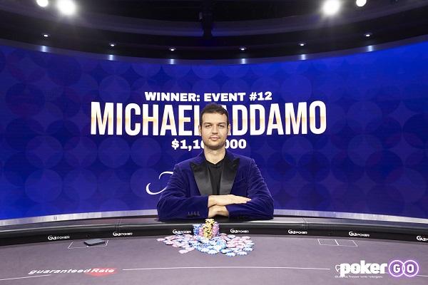 Michael Addamo vestiu a jaqueta roxa logo após vencer o Evento #12 (Foto: PokerGO)