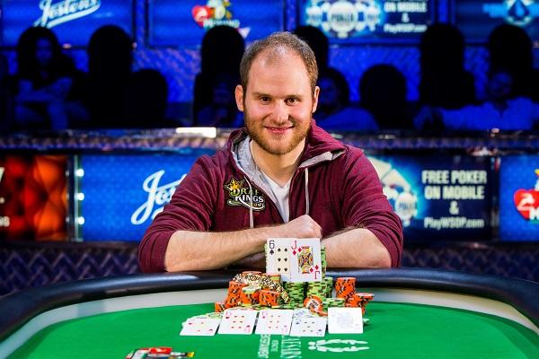 Sam Greenwood e seu bracelete da WSOP, conquistado em 2015 (Foto: WSOP)