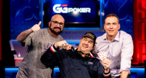 (Foto: PokerNews - Phil Hellmuth conquistou o título pela 16ª vez na WSOP)