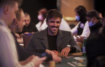 """Yuri Martins está falando de tudo na websérie """"Poker É..."""" (Foto: Gustavo Bô)"""