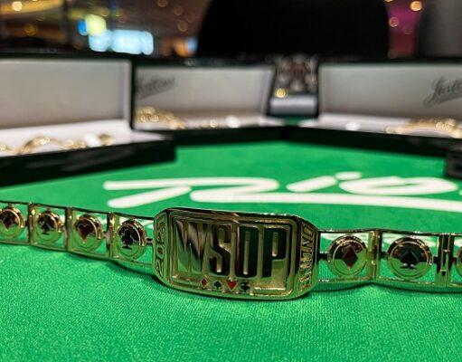 Phil Hellmuth tem tanto bracelete que começou a distribuir as joias