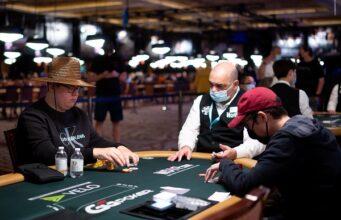 (Foto: PokerNews - Henri Puustinen (esq.) disputando o Heads-Up Championshp)