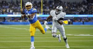 A vitória do Chargers sobre o Raiders teve um gosto mais especial para Sean Klumpp (Foto: AP)