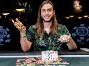 """David Baker, o """"Bakes"""", agora tem três braceletes dourados"""